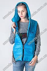 Женская жилетка на синтепоне в спортивном стиле голубого цвета