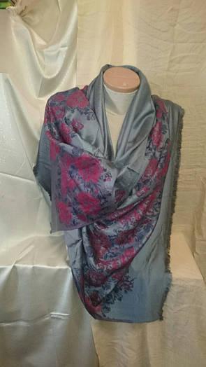 Палантин женский кашемир серого цвета с цветами