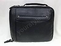 Кожаная мужская сумка среднего размера.