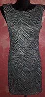 Женское не дорогое оригинальное серое платье с рисунком без рукавов