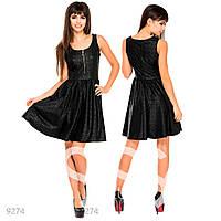Черное пышное платье из эко-кожи с ажурным оттиском под кружево