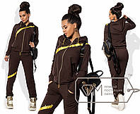 Женский костюм для спорта с золотистым декором