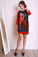 Яркое красное платье свободного силуэта с модным принтом