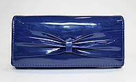 Женский лакированный кошелек синего цвета