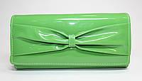 Женский лакированный кошелек зеленого цвета