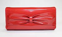 Женский лакированный кошелек красного цвета