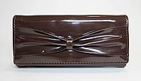 Женский лакированный кошелек коричневого цвета