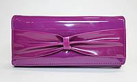 Женский лакированный кошелек сиреневого цвета