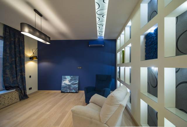Кабинет на втором этаже со стеллажами со стабилизированным мхом