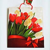 Подарочный пакет СРЕДНИЙ КВАДРАТ 21х25х8см Красные и белые тюльпаны с бантом