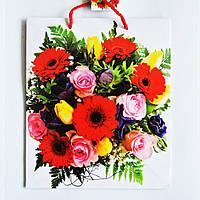 Подарочный пакет СРЕДНИЙ КВАДРАТ 21х25х8см Букет из разных цветов на белом фоне