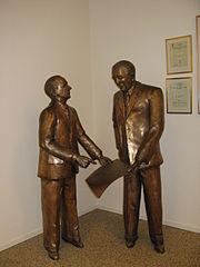 Памятник Густафу Ларсону и Ассару Габриельссону в музее Volvo в Гётеборге