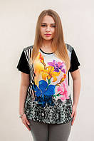 Черно белая футболка с разноцветными цветами.