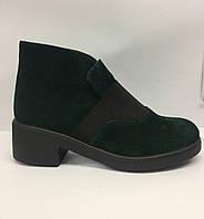 Женские весенние зеленые замшевые ботинки.