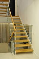 Лестница на стальных косоурах с деревянными ступенями и стеклянным ограждением