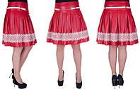 Молодежная юбка с белой отделкой.