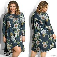 Стильное платье асимметричной длины, декорированное цветочным принтом. Металлическое украшение в комплекте.