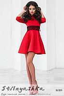 Платье с кружевом на поясе красное