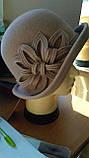 Фетровий капелюх з полями прикрашена квітковою композицією, фото 3
