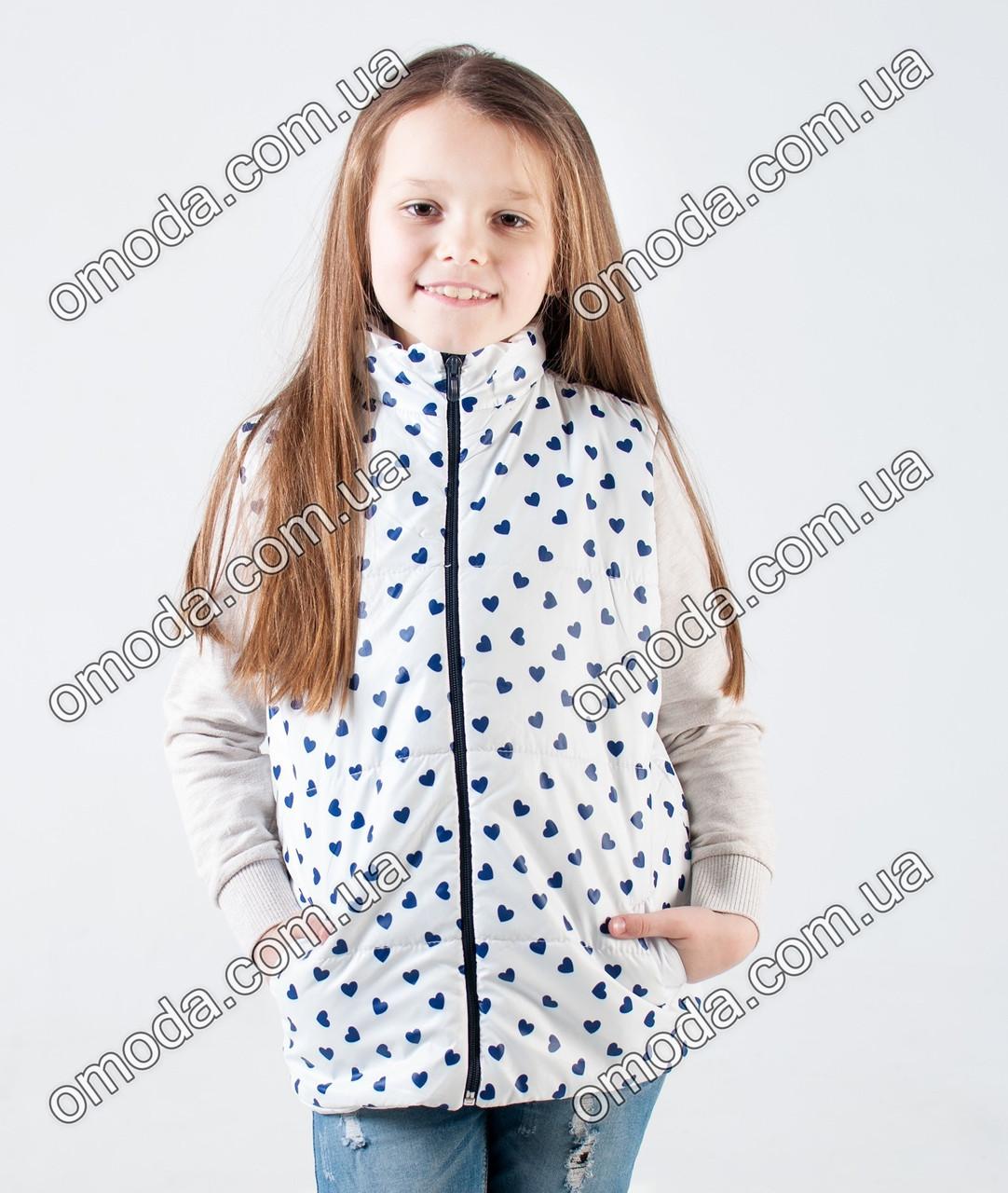 Детская жилетка белого цвета с синими сердечками