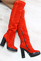 Стильные демисезонные замшевые сапоги ботфорты красного цвета на каблуке