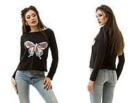 Трикотажный женский свитшот с нашивкой разноцветной бабочки на груди