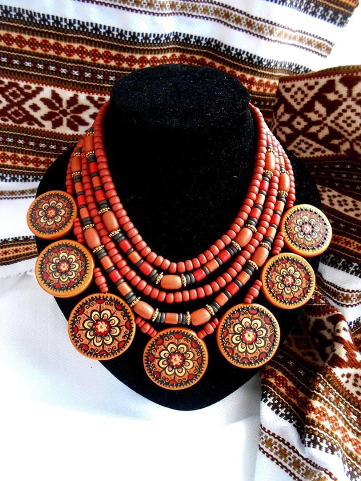 Декоративное ожерелье из керамики