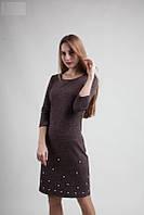 Однотонное молодежное платье шоколадного цвета с жемчужинами