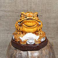 """Фигурка """"Трехлапая денежная жаба Чань Чу"""" большая на коричневой подставке"""