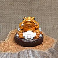 """Фигурка """"Трехлапая денежная жаба Чань Чу"""" маленькая на коричневой подставке"""