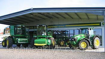 Техника John Deere Компания выпускает сельскохозяйственную технику (в том числе тракторы, комбайны и т. п.), строительную технику, садово-парковое оборудование, снегоуборочные машины, лесозаготовительную технику, а также двигатели под маркой John Deere (часто и саму компанию именуют John Deere). Техника John Deere окрашивается в традиционные жёлтый и зелёный цвета. Заводы компании расположены в основном в США, а также Германии, Индии, Канаде и др.