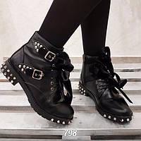 Стильные демисезонные ботинки с шипами