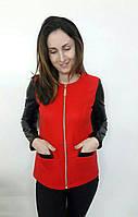 Яркий модный пиджак с рукавами с эко кожи