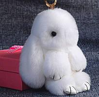 Меховой брелок на сумку в виде зайчика белый