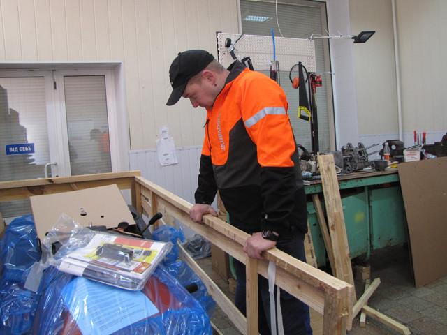 2 Механик Филипп и садовый минитрактор Хускварна 138 в упакованном виде
