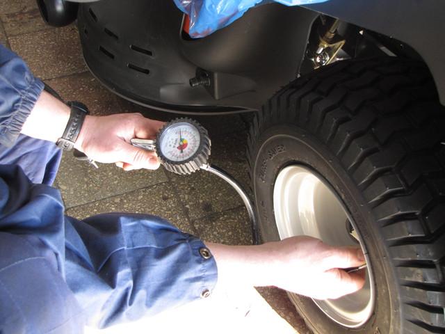 9 8 Проверка давления в шинах на садовый минитрактор газонокосилку