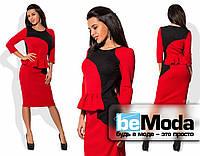Оригинальное женское платье по фигуре средней длины с контрастными вставками и баской на талии красное