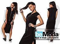 Эффектное удлиненное женское платье с разрезами по бокам и длинной застежкой змейкой впереди черное