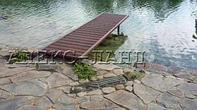 Деревянный мостик.  Мостик используется для ныряния в водоем. Береговую линию украшает декоративный элемент  - фигурка крокодила.