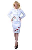 Нарядный белый женский костюм из пиджака и юбки с цветочным принтом