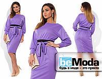 Нарядное женское платье приталенного кроя для пышных дам с широким проясом на талии сиреневое