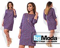 Эффектное женское короткое джинсовое платье свободного кроя с цветочным принтом сиреневое