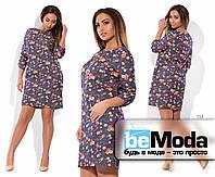 Эффектное женское короткое джинсовое платье свободного кроя с цветочным принтом серое