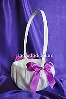 Свадебная корзинка для лепестков с фиолетовым бантиком и бусиной