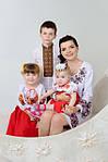 Українські вишиванки - наче райдуги світанки, особливо на такій чудовій українській сім`ї.