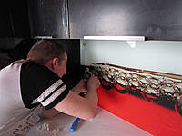 Установка стеновой панели из стекла на кухне