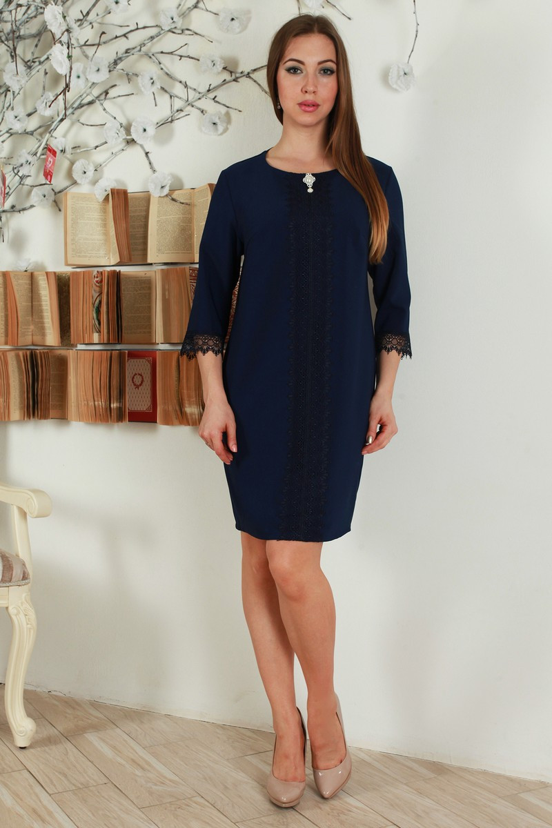 Красивое женское платье с кружевными вставками