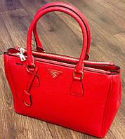 Стильная красная сумка Prada