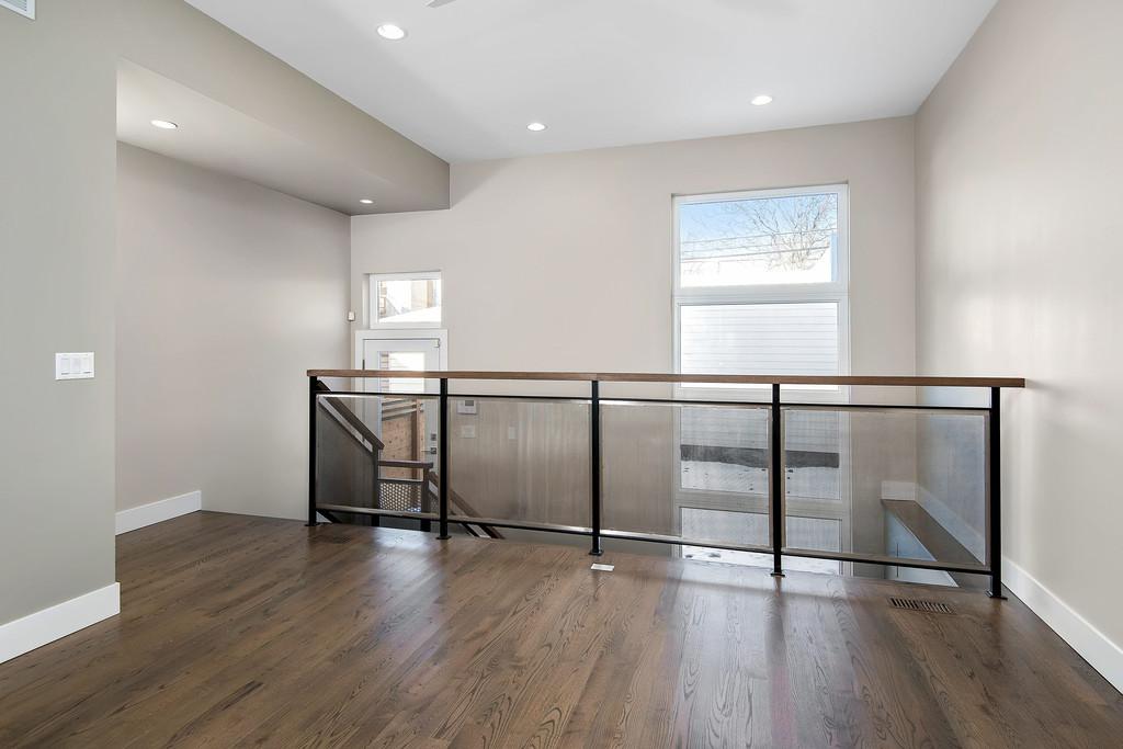 Стены и потолок гипсокартон, пол - паркетная доска. Окна WDS 8