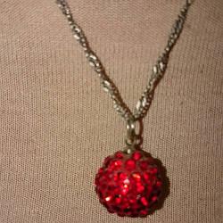 Кулон с красными камнями